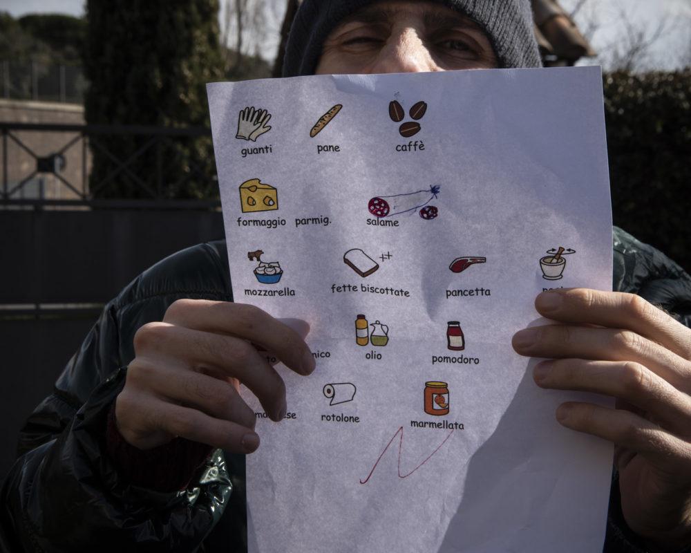 Foto della lista della spesa da fare scritta con i simboli della comunicazione aumentativa alternativa