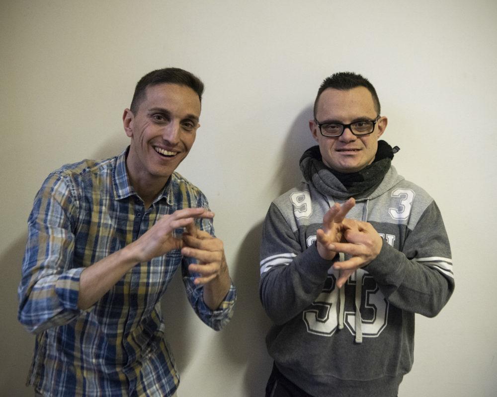 Foto di Jurin e Gianluca che segnano 'amici' in LIS